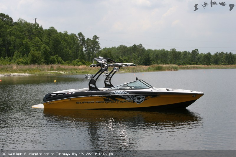 boat-with-cover-006-wakeboarding-wakeskating-photos.jpg